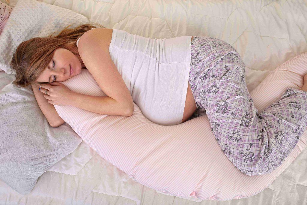 Schlafen mit Stillkissen in der Schwangerschaft - Rückenschlaf adé!