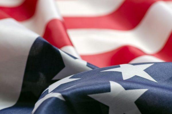 Die Flagge der USA ist gewellt.