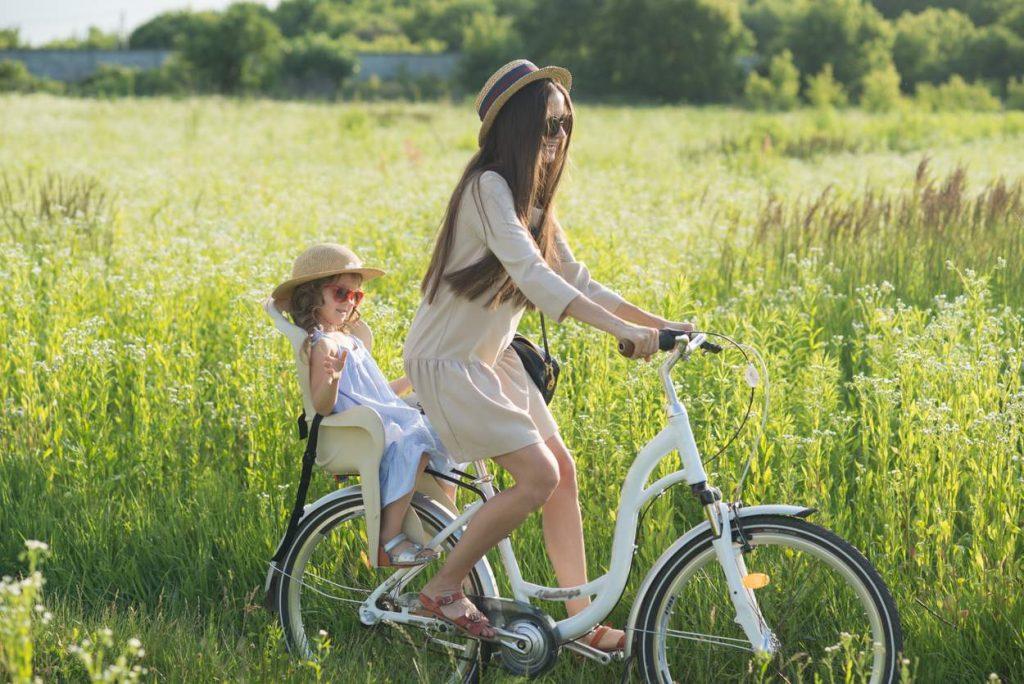 Ab wann darf ein Baby im Fahrradsitz mitfahren?