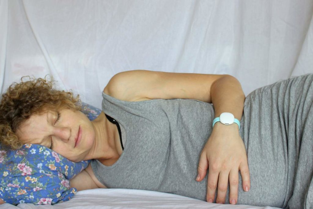 Ava Armband misst die Körperdaten während des Schlafens am Handgelenk