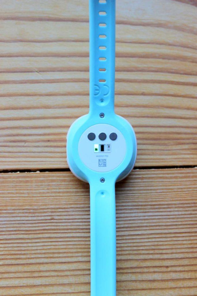Ava Zyklustracker Sensor und Rückseite des Armbands