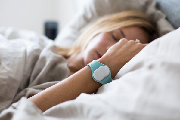 Ava Armband beim Schlafen am Handgelenk