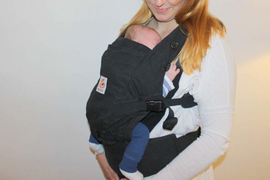 ergobaby adapt mit baby in stillposition