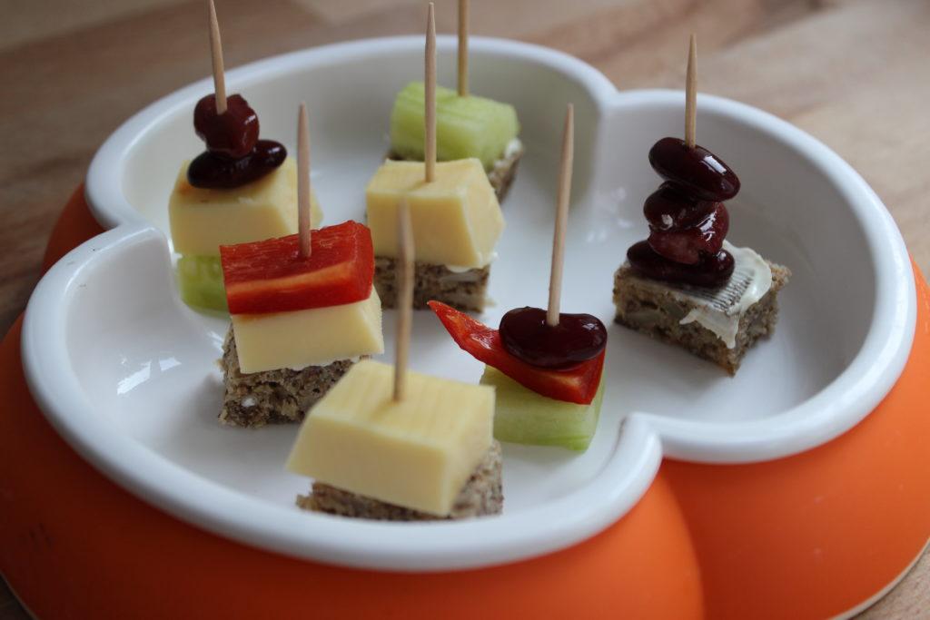 Babyfreundliche Party-Spieße mit Gemüse, Käse und Frucht