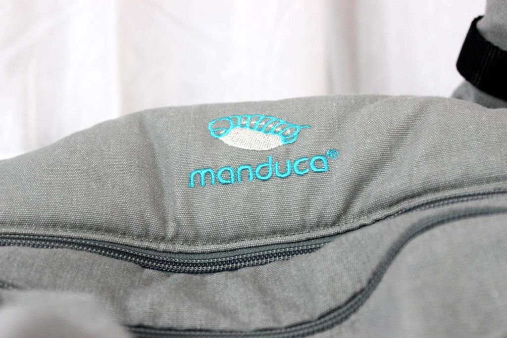 Manduca Logo auf grauer Manduca XT Trage
