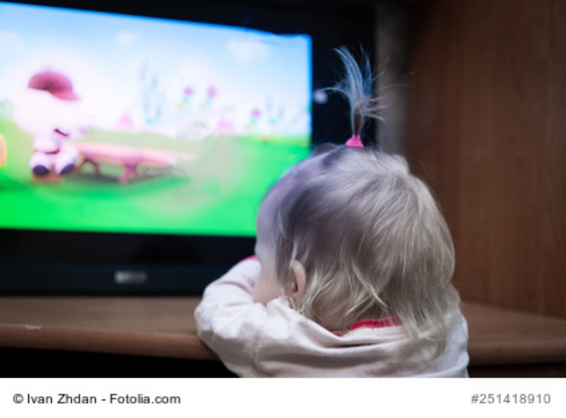 Baby schaut fernsehen