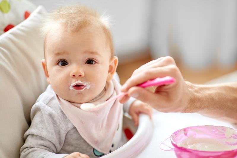Baby beim Joghurt essen