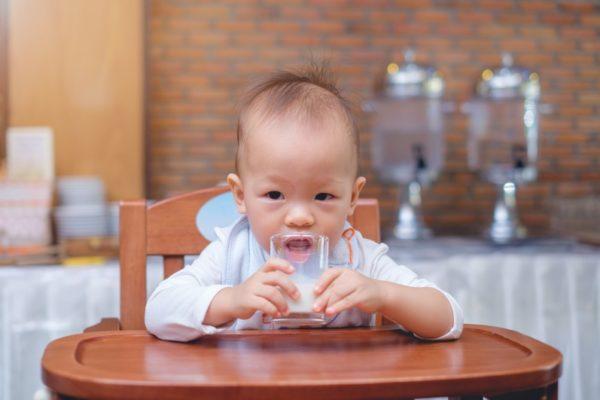 Baby beim Kuhmilch trinken