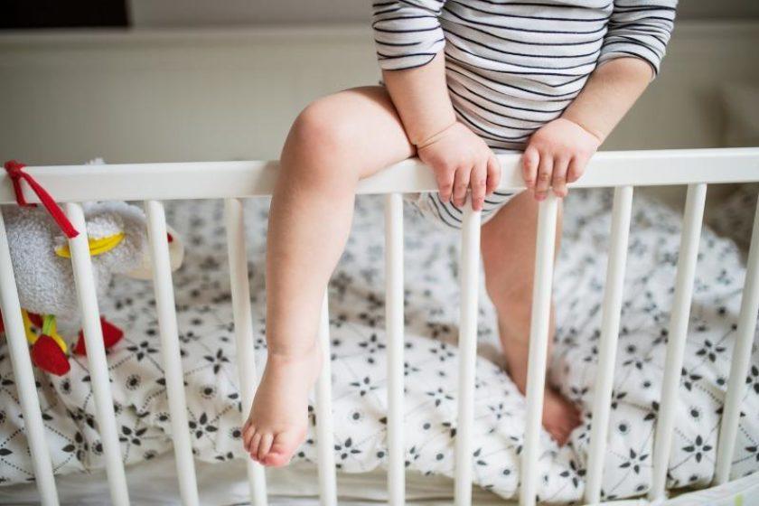 Kind klettert aus Bett und fällt fast raus