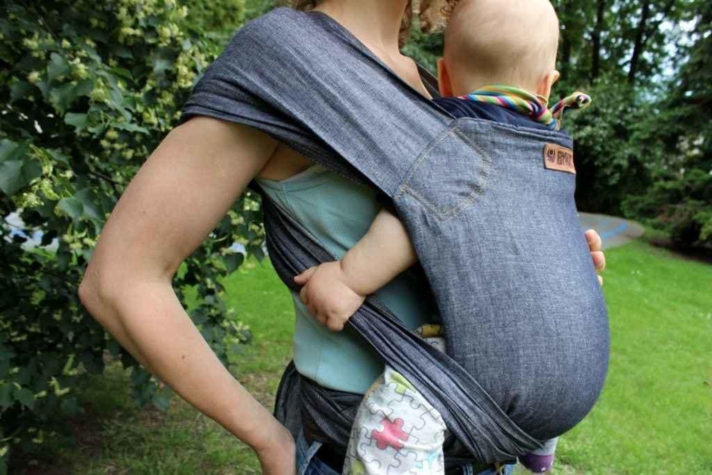 Baby in der Bykay Mei Tai Hybrid Trage