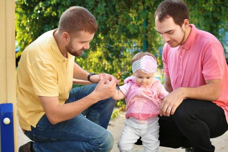 Homosexuelles Paar mit adoptiertem Kind
