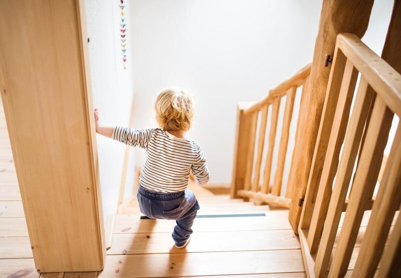 Kind Laeuft Gefaehrliche Treppe Runter