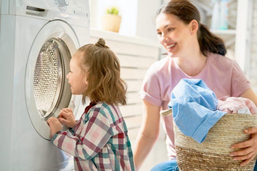 Kleinkind Schaut Beim Putzen In Die Waschmaschine