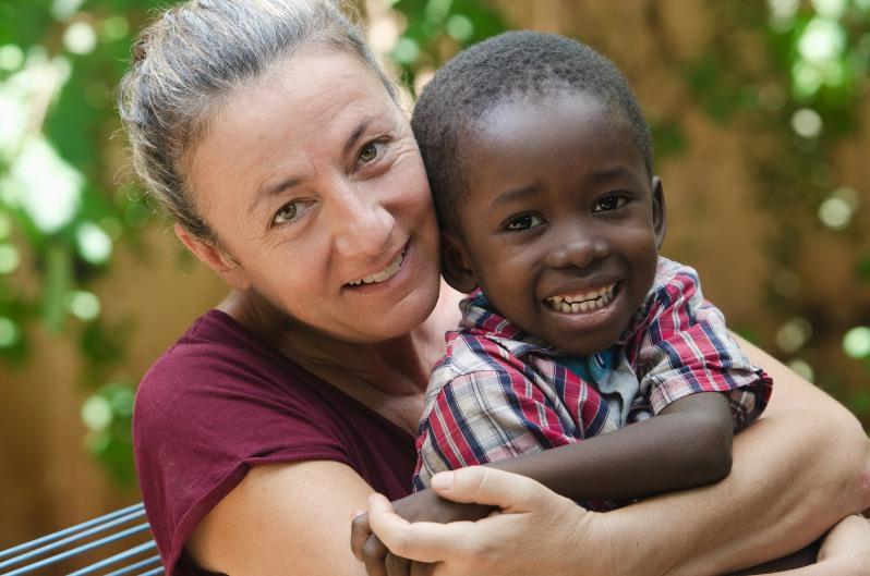 Westliche Mutter mit ausländischem Adoptivkind aus Afrika