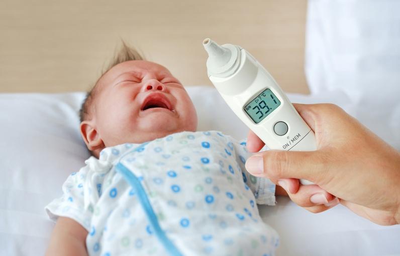 Baby mit Fieber beim Zahnen