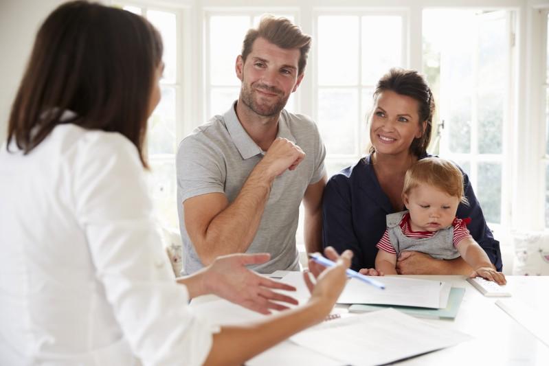 Familie mit Baby holt sich finanzielle Beratung