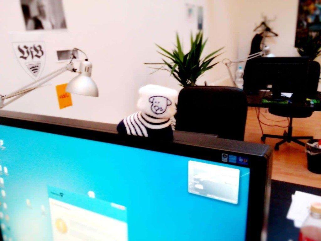 Babyschuhe am Arbeits-PC