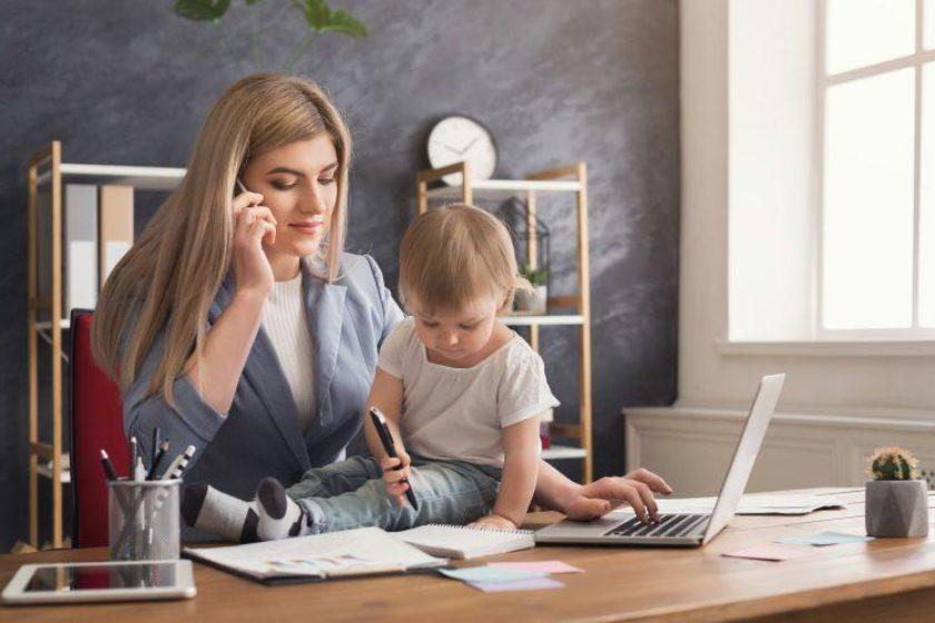 Mutter erzieht Tpchter mit egalitärem Erziehungsstil und Kind darf auf dem Schreibtisch im Büro malen