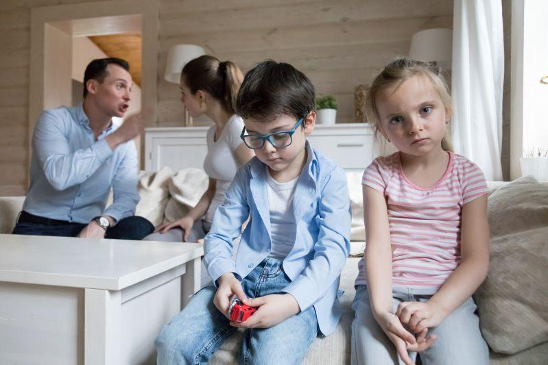 Eltern mit negierendem Erziehungsstil und traurige Kinder