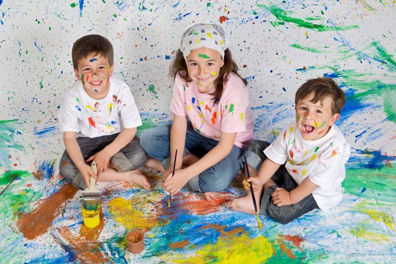 Kinder malen wild mit Farben ohne Regeln