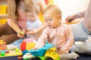 kleinkind-unter-3-jahre-spielt-in-kinderkrippe