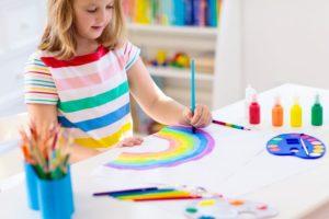 Mädchen mit 5 Jahre malt ein Bild im Kindergarten