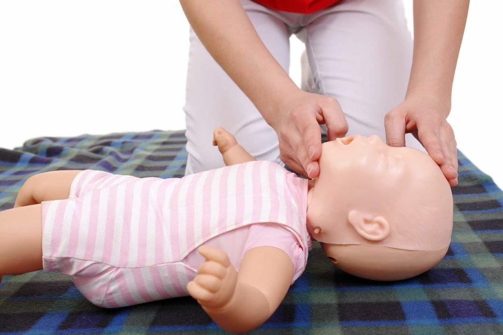 reanimation-beim-baby-anhand-einer-puppe